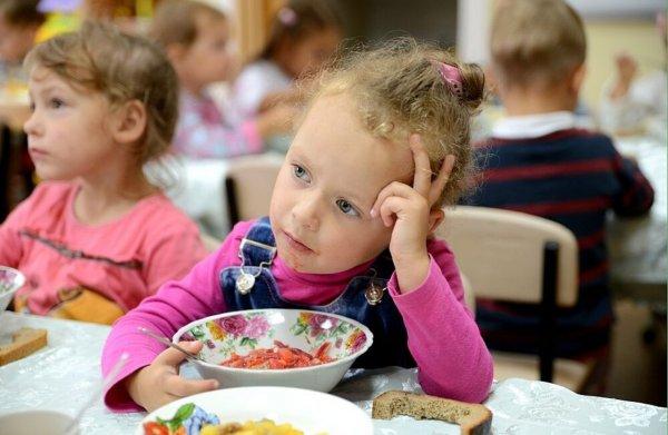 В Челябинском саду детей кормят супом с плесенью и бумагой