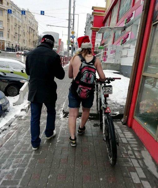 Закаленный Санта-Клаус в трусах ездил на велосипеде по улицам Ростова