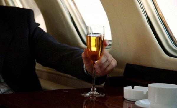 «Аэрофлот» вернет алкогольные напитки в эконом-класс