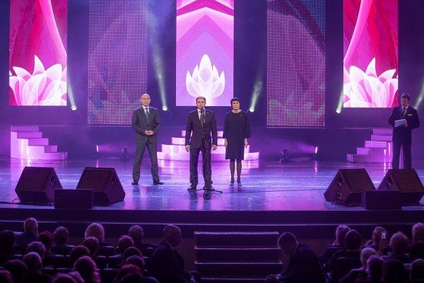 Депутат Михаил Романов поздравил женщин Петербурга с 8 марта