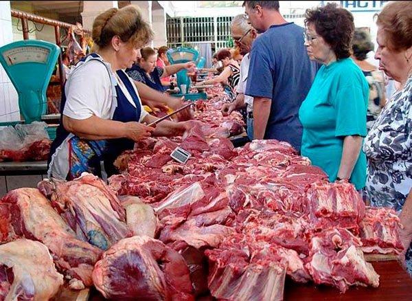 Ешь ананасы, брокколи жуй: Основными потребителями мяса в России оказались «бедняки» и средний класс