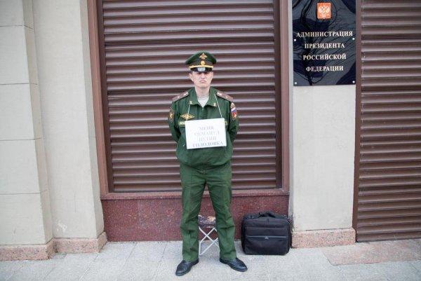 «Меня обманул Путин». Бывший военный вышел с табличкой на улицы объявляя голодовку на митинг 9 мая
